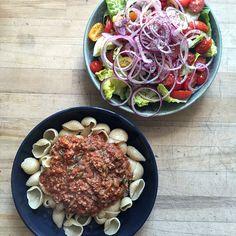 Pasta bolognese med tomatsalat