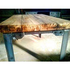 Mesa de estilo industrial con sobre de madera maciza y patas de hierro estructural Industrial Table, Industrial Furniture, Wood Furniture, Outdoor Furniture, Outdoor Decor, Metal Design, Table Desk, Barn Wood, Home Projects