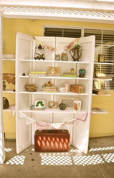 10 DIY Storage Ideas for Your Small Apartment booth displays shelves Antique Booth Displays, Antique Booth Ideas, Vendor Displays, Craft Booth Displays, Market Displays, Craft Booths, Display Ideas, Vendor Booth, Display Shelves