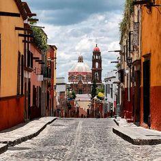 San Miguel de Allende ❤  Si alguien me puede ayudar con el nombre de la calle se lo agradecería mucho ☺  #nature #loves_mexico #sunset #mextagram #pasionxmexico #city #wu_mexico #mexico_maravilloso #instadaily #icu_mexico #ig_mexico #sanmigueldeallende #vive_mexico #vscocam #ig_guanajuato #city #cityview #picoftheday #photooftheday #vscocam #guanajuato #guanajuato_mx #instadaily #rttraveller #kings_villages #cbviews #vivostreet #urbanocity #instamexicanos #loves_cityscapes