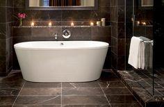 Har du tröttnat på vit marmor – här är 14 vackra badrum i svart marmor