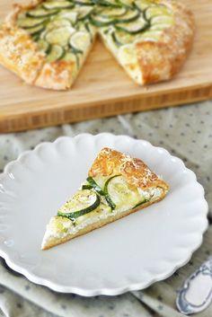 Eine sommerliche Zucchini Galette mit Ricotta - schnell zubereitet und wunderbar knusprig. Mit einem Salat das perfekte Sommeressen