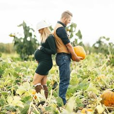 18 Creative Fall Pregnancy Announcement Ideas Adding a pumpkin to your patch? Consider these fall-themed ideas for a timely pregnancy announcement or gender reveal. The post 18 Creative Fall Pregnancy Announcement Ideas appeared first on Jennifer Odom. Fall Maternity Shoot, Fall Maternity Pictures, Maternity Poses, Maternity Clothing, Fall Newborn Pictures, Pumpkin Maternity Photos, Country Maternity, Outdoor Maternity Photos, Family Maternity Photos