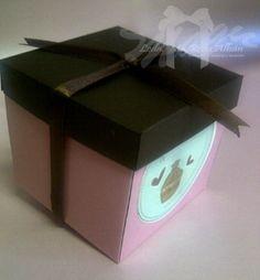 Caja para cupcakes y dulces tematica: personalizada Materiales: cartulina, cinta, aplique