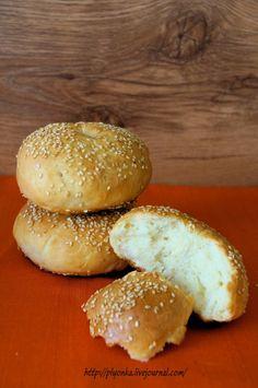 Молоко теплое - 300 мл. Мука - 450 гр. Масло сливочное - 50 гр. Дрожжи сухие - 8 гр. Соль - 1 ч.л. Сахар - 2 ч.л. Кунжут для посыпки Яичный желток для смазки или молоко Масло растительное для работы Tasty, Yummy Food, Hamburger, Meals, Delicious Food, Meal, Burgers, Yemek, Food