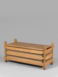 Robert GUILLERME et Jacques CHAMBRON Coffre en chêne ouvrant par un abattant sur le dessus, intérieur garni de lainage brun. Édition Votre Maison. Haut.: 53 cm. Larg.: 100 cm. Prof.: 53 cm.