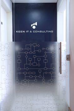 Adesivo jateado com impressão uv branca para personalização de porta de vidro para Keen It.
