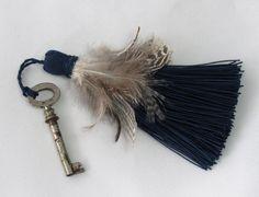 #EtsyGifts #EtsySuccess  key tassel with feathers Quaste blau mit Federn aus glänzendem von HolzundLeinen auf Etsy