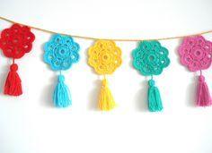 Guirnalda crochet Flores a colores, $150 en http://ofeliafeliz.com.ar