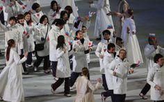閉会式で入場行進する浅田真央ら=23日、ソチ (1024×635) 「日本のメダルは歴代2位の8個 閉会式、笑顔で行進」 http://photo.sankei.jp.msn.com/kodawari/data/2014/02/24japan/