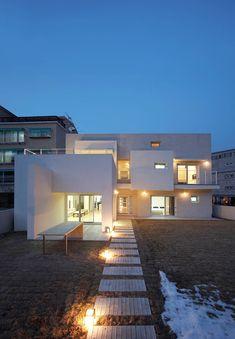 인천 검암동 주택: (주)건축사사무소 아뜰리에십칠의  주택 Courtyard House, Facade House, Home Room Design, Tiny House Design, Minimalist Architecture, Architecture Design, Terrace Hotel, House Viewing, Brutalist