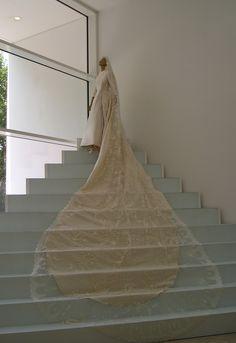 http://upload.wikimedia.org/wikipedia/commons/5/53/Valentino_wedding_dress.jpg VALENTINO