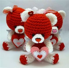 Crocheted Valentine Teddy Bears - FREE Amigurumi Crochet Pattern and Tutorial (use Google Translate)