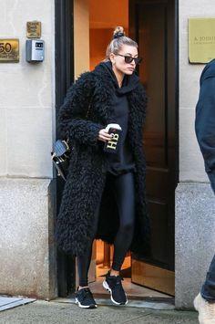teddy bear coat over gym outfit Fashion Mode, New York Fashion, Look Fashion, Autumn Fashion, Womens Fashion, Street Fashion, New York Winter Fashion, Fashion Night, Office Fashion