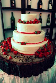 Truskawkowy tort i rustykalna podstawa autorstwa Fabryki Pasji