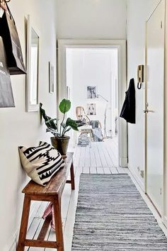 Hallway, white floor, white walls, wooden bench, aztec pillow and rug. - Home Decor Like Decoration Hall, Decoration Entree, Home Design, Interior Design, Design Ideas, Design Design, Sweet Home, Entry Hallway, Hallway Bench
