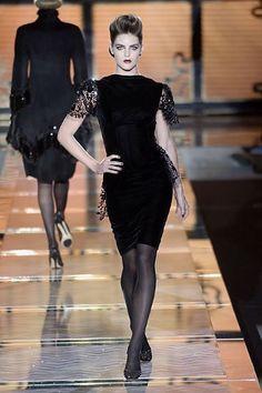 Une robe noire de Valentino Haute Couture Hiver 2006. Stunning!