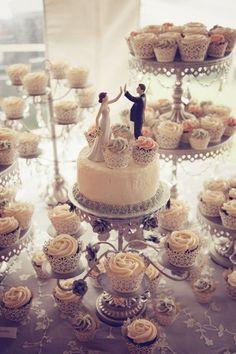 Hochzeits-Topper und Cupcakes