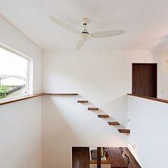 キャットウォークのインテリア実例 | RoomClip(ルームクリップ) Stair Shelves, Cat Shelves, Cat Litter Box Diy, Cat Walkway, Cat Stairs, Cat Fence, Cat Hotel, Cat Playground, Animal Room