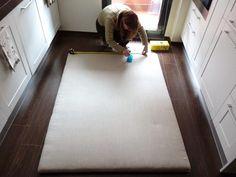 DIY: cómo hacer un cabecero con capitoné. | Decoración Ideas Para, Tile Floor, Diy And Crafts, Flooring, Projects, Home Decor, Gold, Gardens, Bedhead