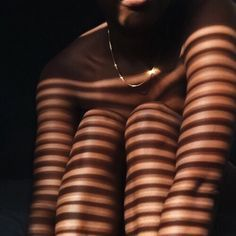 photo poses for girls creative Black Girl Aesthetic, Brown Aesthetic, Aesthetic Photo, Aesthetic Body, Aesthetic Light, Aesthetic Outfit, Summer Aesthetic, Aesthetic Vintage, Photographie Art Corps