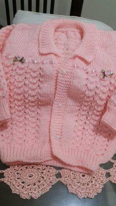 PEÇAS DE TRICO FEITAS A MÃO Baby Cardigan Knitting Pattern Free, Kids Knitting Patterns, Knitting For Kids, Crochet Cardigan, Baby Patterns, Knit Crochet, Knit Baby Sweaters, Crochet Baby Clothes, Baby Girl Dresses