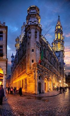one of the most beautiful examples of Gothic architecture is the town hall of Brussels with his Tour Inimitable.
