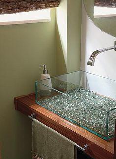 Neste projeto da arquiteta e designer Cris Pereira, ela usou as bolinhas de gude no fundo da cuba de vidro, incrementando assim o visual do lavabo.