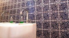 Painel de azulejos imitando a antiga cerâmica portuguesa dá bossa a lavabo em apartamento no Alto Leblon