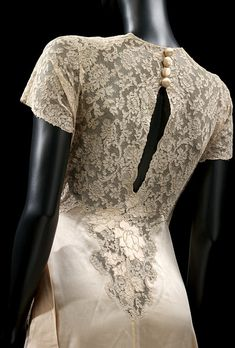 Dressing Gown - 1930s - Made in France - Silk satin and lace, with satin appliqué