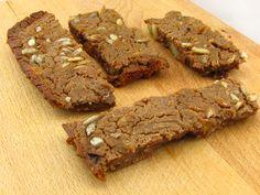 Voedselzandloper-snack: Repen van kastanjemeel, met zonnebloempitten, gedroogde abrikozen en stukjes chocola