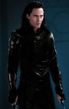 The all black suit is cool Loki Loki Laufeyson, Loki Thor, Marvel Dc, Marvel Comics, Thomas William Hiddleston, Tom Hiddleston Loki, Bucky Barnes, Marvel Universe, All Black Suit
