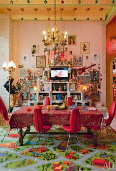 38 Beautiful Bohemian Dining Room Decor Inspirations - Popy Home Bohemian Interior, Bohemian Decor, Interior Livingroom, Estilo Kitsch, Pink Dining Rooms, Maximalist Interior, Turbulence Deco, Interior Decorating, Interior Design