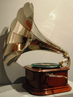 For my retro-fabulous writer's studio :) Antique Music Box, Vintage Music, Vintage Love, Vintage Antiques, Vintage Items, Radios, Music Machine, Record Players, Vintage Records