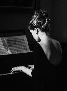 """specksofglitterandgold: """" preciously—me: """" greeneyes55: """" Photo: Anonymous """" """"Le piano que baise une main frêle, Luit dans le soir rose et gris vaguement,"""" Paul Verlaine """" """""""