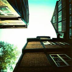 Analoge Stadtansichten aus Hamburg als neues Foto der Woche. Aufgenommen mit der Lomo LC-A 120 und dem Fuji Provia F.