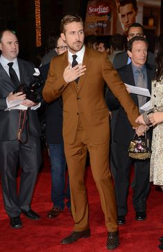 Ryan Gosling made brown look chic in this Gucci suit at the premiere of his film Gangster Squad. Brown Suits For Men, Ryan Gosling Style, Flannel Suit, Grey Flannel, Gucci Suit, Designer Suits For Men, Bespoke Suit, Three Piece Suit, Well Dressed Men