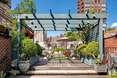 Beautiful rooftop garden with pergola of the Manhattan Apartment Inspired Manhattan Apartment Showcases Dashing Color And Flair Of Rio! Diy Pergola, Corner Pergola, Pergola Canopy, Cheap Pergola, Rome Apartment, Manhattan Apartment, Roof Terrace Design, Rooftop Terrace, Rooftop Gardens