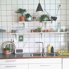 Its friday Have a nice one! #kök #kitchen #kakel #lampa #herstal #mio #ikeakök #abstrakt #bänkskiva #virrvarr #växteriköket #interiorwarrior #interiordesign #nordiskehjem #mitthjem #interiørmagasinet #interior_may#muggar#bricka #hemtex #stiglindberg #industriell_interior