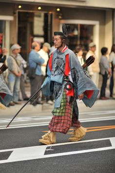 The Jidai Matsuri, or festival of the ages, is held in Kyoto and Tokyo once every year. They are slightly different although both of them focus on court and aristocratic costumes from Japanese hist… Japanese Costume, Japanese Kimono, Japanese Geisha, Samurai, Traditional Fashion, Traditional Outfits, Costume Ethnique, Bushido, Japanese Festival