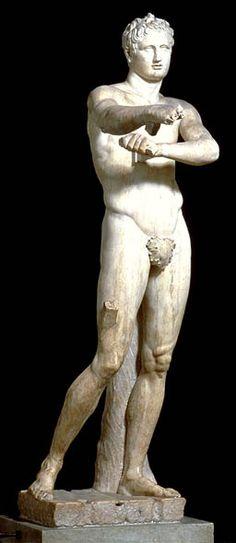 El Apoxyomenos es una estatua erguida, esculpida en mármol de época romana que se encuentra en los museos Vaticanos. Se trata de una figura masculina desnuda que representa a un atleta que se limpia de aceite con el estrígil, un tema cotidiano, en el cual se limpia el sudor.
