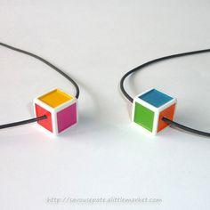 Collier avec pendentif en dé à jouer multicolore - par Savousepate - http://www.alittlemarket.com/collier/collier_avec_pendentif_en_de_a_jouer_multicolore-8660421.html