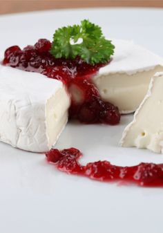 Holiday Brie with warm berry compote! A quick and easy recipe, perfect ...