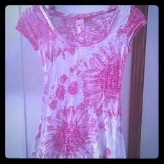 Paint splatter t-shirt From rue 21 is this pink paint splattered decor with white in the background, fitted around the curves of the body to enhance the beautiful body of a woman. Rue 21 Tops Tees - Short Sleeve
