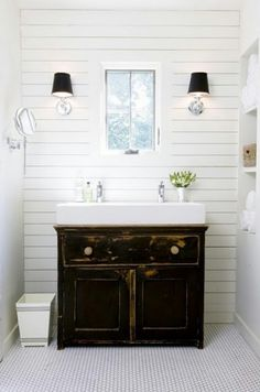 Leuk idee voor badkamer: mooie oude onderkast / commode met wasbak erop. Vergelijkbare oude brocante onderkasten en commodes te koop bij www.old-basics.nl