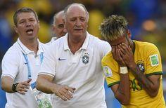 El técnico de la selección de Brasil, Scolari, trata de consolar al jugador Neymar, tras el partido contra Chile, el sábado 28 de junio. Foto: Fabrice Coffrini/AFP.