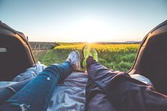 Wallpaper Young Couple Enjoying Romantic Sunset From Car Gq, Reebok, Moda Floral, Clothes Encounters, Summer Bucket Lists, Young Couples, New Fashion Trends, Men's Fashion, Love Pictures