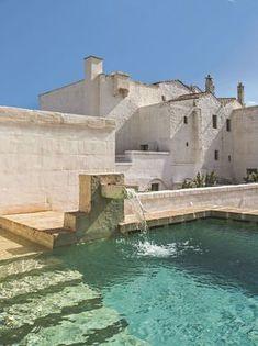 L'une des deux piscines de la Masseria Le Carrube