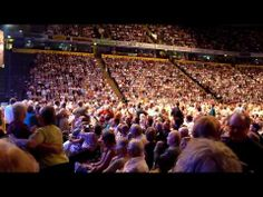 ▶ Andre Rieu dancing in the aisles Manchester 2011 - YouTube