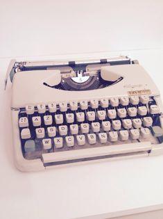 machine crire vintage lettera 32 par olivetti. Black Bedroom Furniture Sets. Home Design Ideas